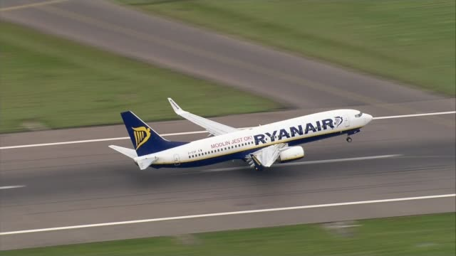 ryanair threatened with legal action by the caa t21091705 / 2192017 england essex stansted airport ryanair plane taking off - ライアンエアー点の映像素材/bロール