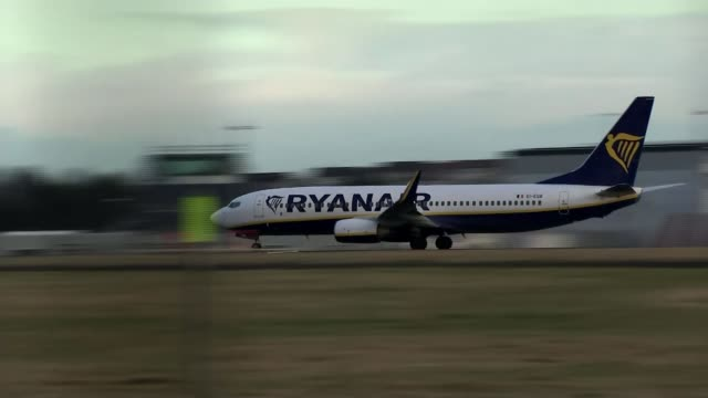 ryanair to close base at glasgow scotland glasgow glasgow airport ryanair plane along landing on runway int david o'brien interview sot ext pan... - ライアンエアー点の映像素材/bロール