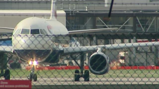suspected stowaway dies after falling from ba flight heathrow airport british airways aircraft taxies on runway - リチャード・パロット点の映像素材/bロール