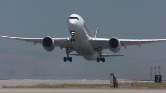 stockvideo's en b-roll-footage met aviation - taking off