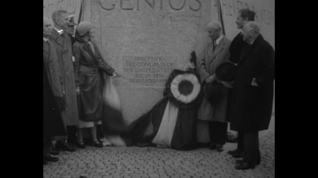 vídeos de stock, filmes e b-roll de aviatrix ruth nichols pulls cord to remove flag unveiling the wright brothers national memorial on the site of the brothers' historic flight orville... - orville wright