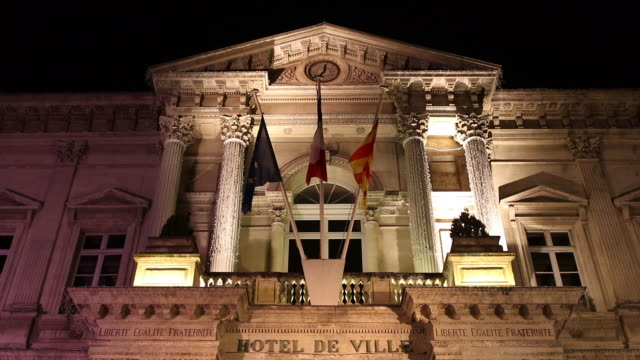 vidéos et rushes de avignon city hall facade at night - mairie