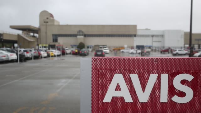 vídeos de stock e filmes b-roll de avis budget group rental cars are pictured at louisville international airport in louisville, kentucky u.s. on wed october 28, 2015 avis is scheduled... - aluguer de automóveis