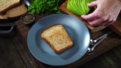 vídeos y material grabado en eventos de stock de sándwich de aguacate y huevo - tostada