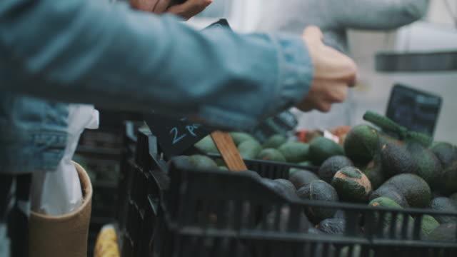 vídeos y material grabado en eventos de stock de avocados at farmer's market - mercado de productos de granja