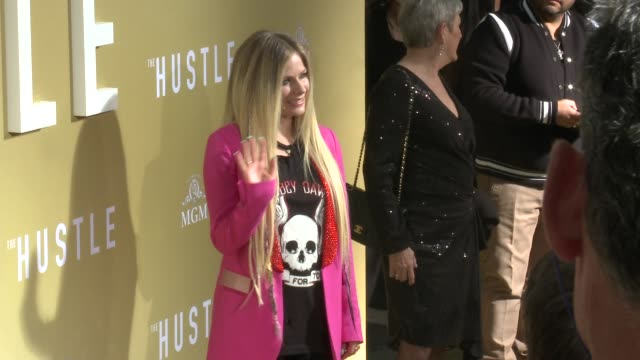 """vídeos de stock, filmes e b-roll de avril lavigne at the """"the hustle"""" world premiere at arclight cinerama dome on may 08, 2019 in hollywood, california. - cinerama dome hollywood"""