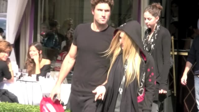 Avril Lavigne is on tour and Paris is the city The canadian popstar took her new boyfriend Brody Jenner to L'Avenue restaurant for a piece of lunch...