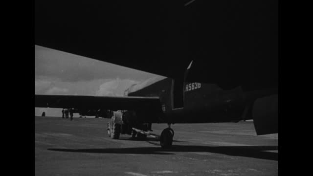 avro lancaster bomber plane backs out of hangar / tilt-up one of its four engines, with propeller / lancaster continues to back up / the plane on the... - propeller bildbanksvideor och videomaterial från bakom kulisserna