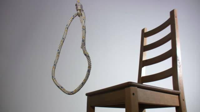 warten auf galgen auf weiß - hanging gallows stock-videos und b-roll-filmmaterial