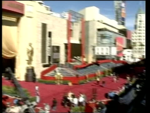 vídeos de stock e filmes b-roll de 2004 oscar preview 2303 nina usa los angeles hollywood exterior of academy awards venue being prepared for oscars ceremony pan ms bv workers along... - estátua