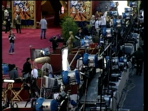 oscar preview; usa: los angeles: ext lms & bv tv presenter doing ptc outside academy awards venue tgv banks of equipment mss workers measuring... - itv weekend late news点の映像素材/bロール