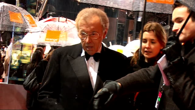 red carpet arrivals and interviews with itn on general views sir david frost speaking to press meryl streep along under umbrella sir david frost... - david frost broadcaster stock videos & royalty-free footage