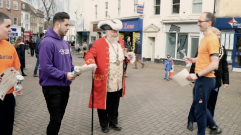 vídeos y material grabado en eventos de stock de awards are given to men after they have taken place annual shrove tuesday pancake race in fore street on on february 28, 2017 in trowbridge, england. - sartén plana