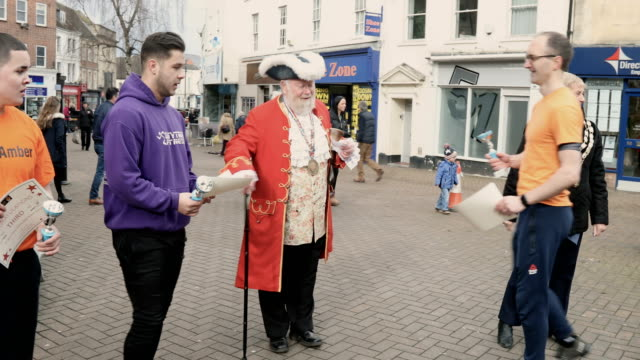 vidéos et rushes de awards are given to men after they have taken place annual shrove tuesday pancake race in fore street on on february 28, 2017 in trowbridge, england. - mardi gras fête religieuse
