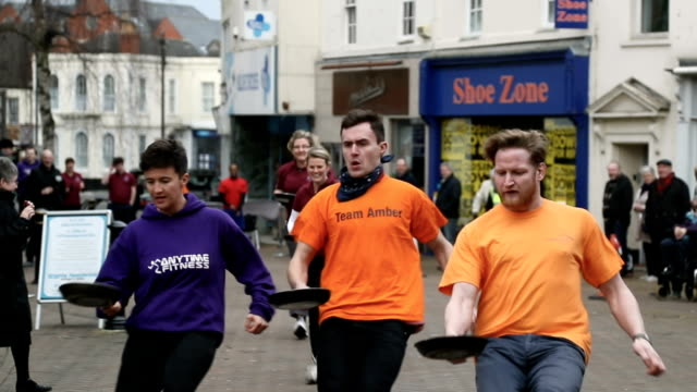 vidéos et rushes de awards are given to the adult women winners following the annual shrove tuesday pancake race in fore street on on february 28, 2017 in trowbridge,... - mardi gras fête religieuse