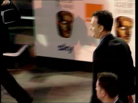 vídeos y material grabado en eventos de stock de bafta awards bafta awards itn actor tom hanks arriving pan actress kate winslett tilt up entrance to awards ceremony - tom hanks