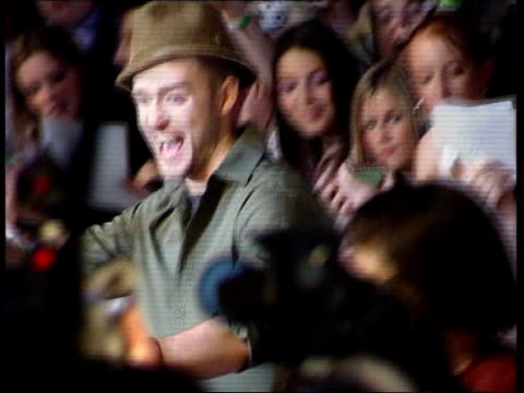 edinburgh singer justin timberlake posing for photocall as arriving at mtv awards singer beyonce arriving at ceremony guest arriving - justin timberlake stock-videos und b-roll-filmmaterial