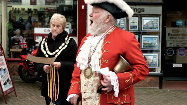 vidéos et rushes de awards given to the winning relay teams following the annual shrove tuesday pancake race in fore street on on february 28, 2017 in trowbridge,... - mardi gras fête religieuse