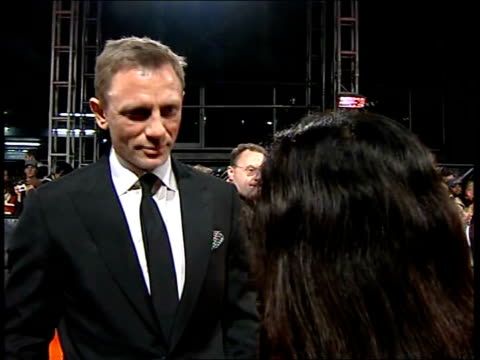 vídeos de stock, filmes e b-roll de red carpet arrivals daniel craig interview sot discusses role of james bond in casino royale daniel craig talking to press - james bond trabalho conhecido