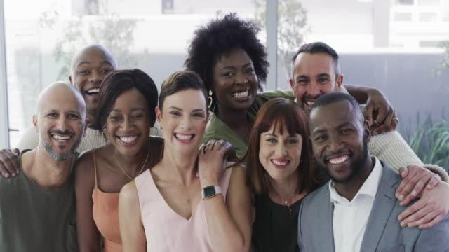 stockvideo's en b-roll-footage met geweldige collega's maken het werk voelen als plezier - harmonie