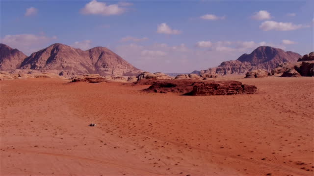 vídeos y material grabado en eventos de stock de awesome desert scenery in wadi rum, jordan, middle east. - ubicación de película fuera de los estados unidos