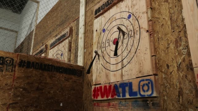 stockvideo's en b-roll-footage met axe master omar cooper throws a hatchet at bad axe throwing march 28 2018 in washington dc axe throwing is growing in popularity and bad axe which is... - bijl