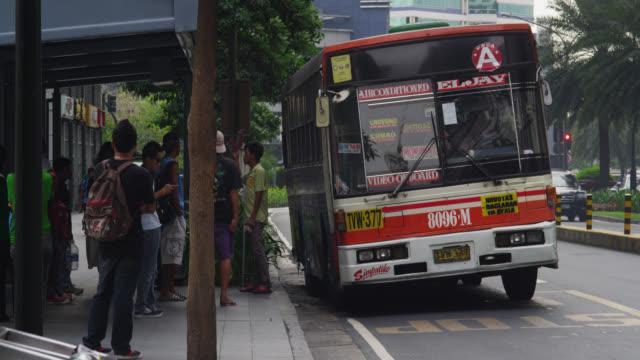 ayala avenue, makati - バス停留所点の映像素材/bロール