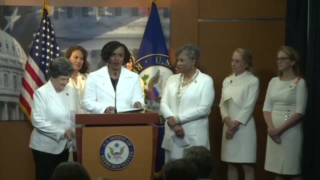 vídeos de stock e filmes b-roll de ayanna pressley and democratic women dress in white for the state of union address in tribute and in solidarity with the women of the suffrage... - partido democrático eua