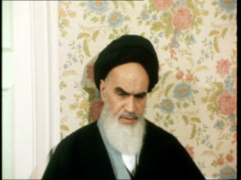 vídeos de stock e filmes b-roll de ayatollah khomeini interview france parisextayatollah khomeini at prayers in garden int ayatollah khomeini interview sof ext peter snow i/citn - peter snow