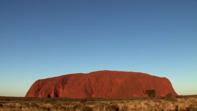 t/l ws ayers rock (uluru) at sunset, uluru-kata tjuta national park, northern territory, australia - エアーズロック点の映像素材/bロール