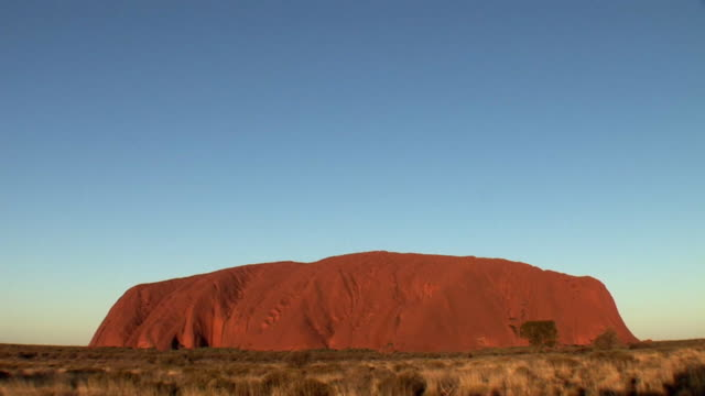 ws ayers rock (uluru) at sunset, uluru-kata tjuta national park, northern territory, australia - エアーズロック点の映像素材/bロール