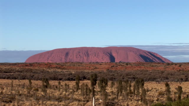 ws ayers rock (uluru) with vegetation in foreground, uluru-kata tjuta national park, northern territory, australia - sandstone stock videos & royalty-free footage