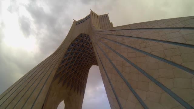 vidéos et rushes de azadi ou la tour de la liberté à téhéran, capitale de l'iran - tour d'azadi