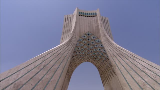 vidéos et rushes de ms zi la azadi tower (freedom tower) against clear sky, tehran, iran - tour d'azadi