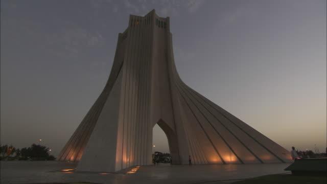 vidéos et rushes de ws azadi tower, monument clad entirely with white marble at twilight / teheran, iran - tour d'azadi