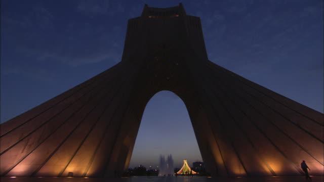 vidéos et rushes de ws la azadi tower, monument clad entirely with white marble at twilight / teheran, iran - tour d'azadi
