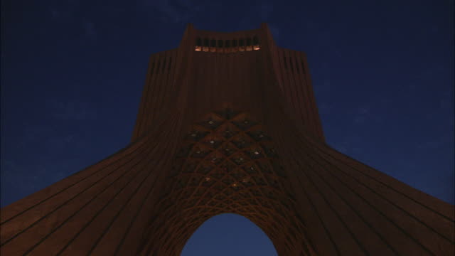 vidéos et rushes de ms la td azadi tower, monument clad entirely with white marble at twilight / teheran, iran - tour d'azadi