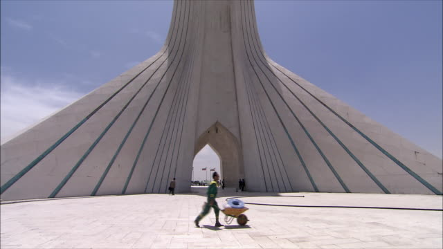 vidéos et rushes de ms tu la azadi tower (freedom tower), tehran, iran - tour d'azadi