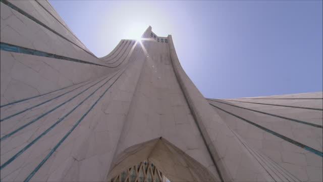 vidéos et rushes de cu pan la azadi tower (freedom tower), tehran, iran - tour d'azadi
