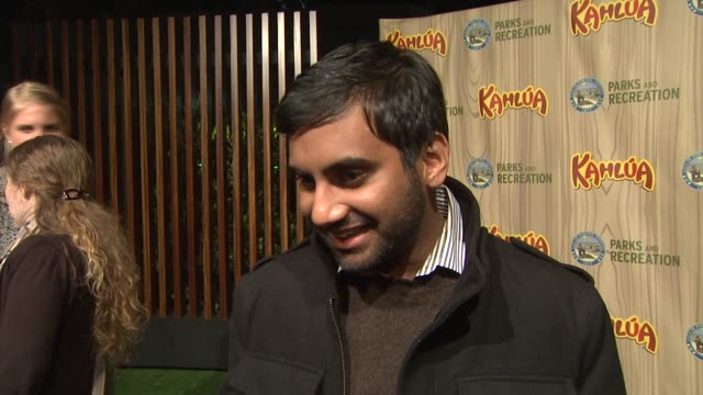 aziz ansari on the funniest moment between takes, working with amy poehler, his character, the show's premise. at the kahlua celebrates the premiere... - エイミー・ポーラー点の映像素材/bロール