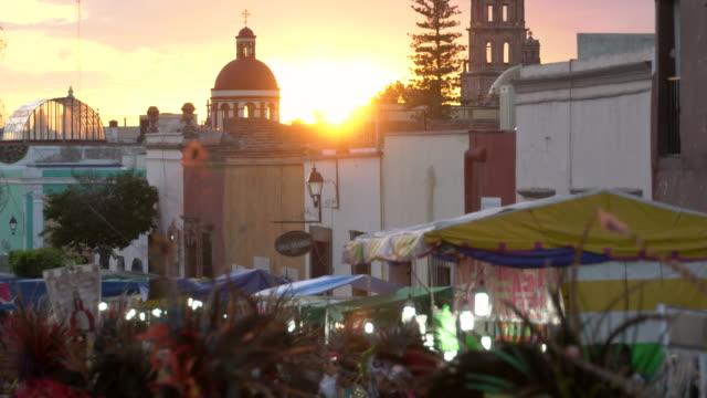 aztec conchero dancers at sunset - dissolvenza in chiusura video stock e b–roll
