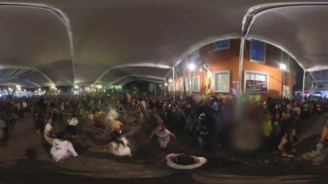 vídeos de stock e filmes b-roll de aztecs dance in the day of the dead in mixquic mexico - panorama equiretangular