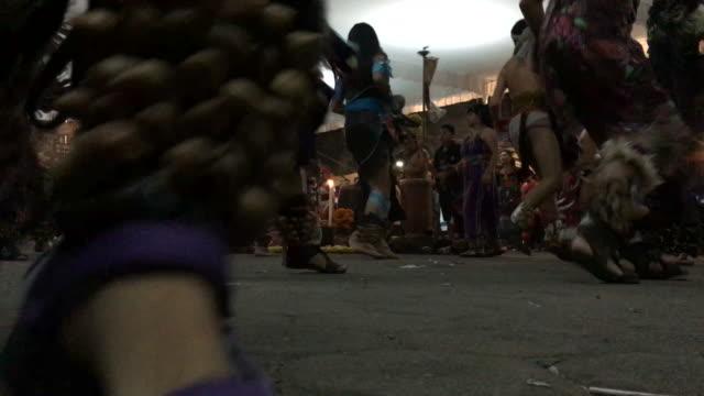 vídeos de stock, filmes e b-roll de aztecs dancing on the day of the dead - tribo norte americana