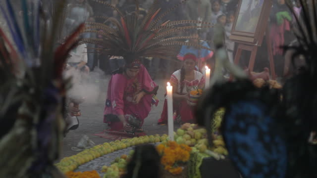 aztecs dancing on the day of the dead - aztekisch stock-videos und b-roll-filmmaterial