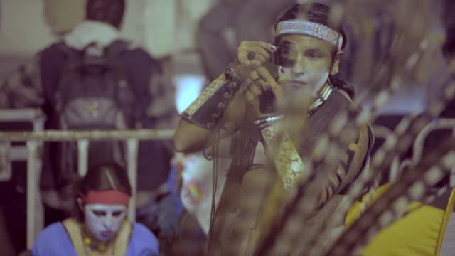 stockvideo's en b-roll-footage met aztecs dancing on the day of the dead - azteeks