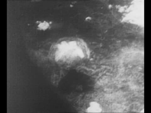 29s fly / from plane of explosion from us atomic bomb dropped on nagasaki, japan, during world war ii / montage mushroom cloud from nagasaki bomb /... - 第二次世界大戦点の映像素材/bロール
