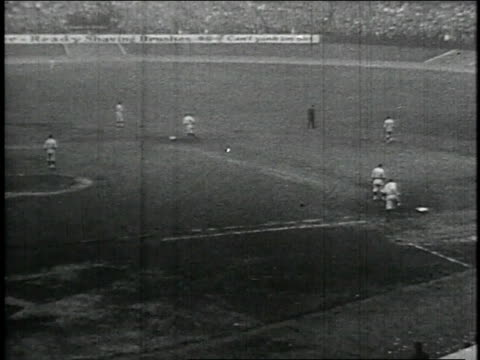 babe ruth hits a home run and runs the bases / united states - frivarv bildbanksvideor och videomaterial från bakom kulisserna