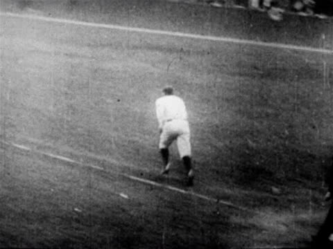 vídeos de stock e filmes b-roll de babe ruth hitting home run running past first past / newsreel - camisola de basebol