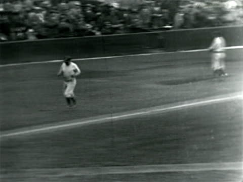 vídeos de stock e filmes b-roll de babe ruth running past home plate after hitting home run / documentary - camisola de basebol