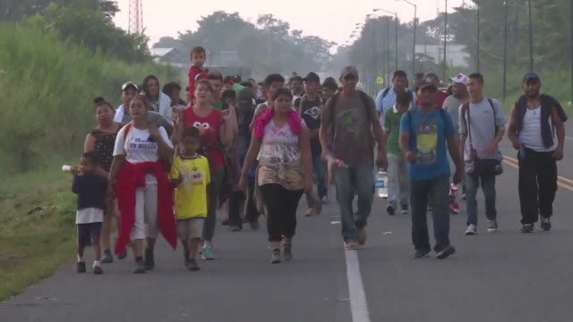 vídeos y material grabado en eventos de stock de babies and toddlers form part of the 7,000 strong migrant caravan heading to the us as their parents hope to offer them a better future despite the... - convoy
